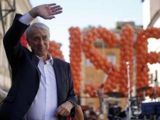 """Giuliano Pisapia durante la manifestazione """"Insieme, nessuno escluso"""", convocata da Campo Progressista, in Piazza SS. Apostoli, Roma, 1 luglio 2017.  ANSA/RICCARDO ANTIMIANI"""